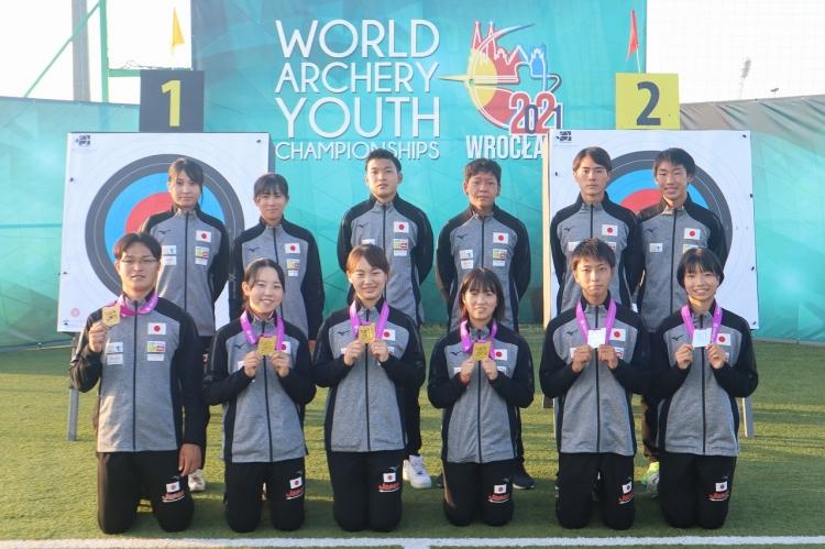 ユースメンバーで記念撮影する園田選手(前列左から3人目)
