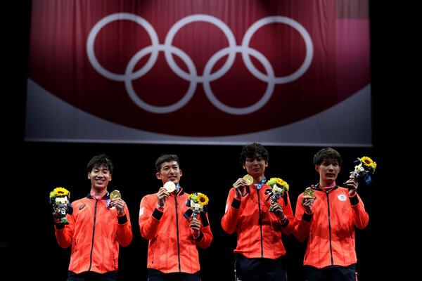 """先の東京五輪ではフェンシングで男子エペ団体が金メダルを獲得したが、閉幕後には別の""""戦い""""が始まっている"""