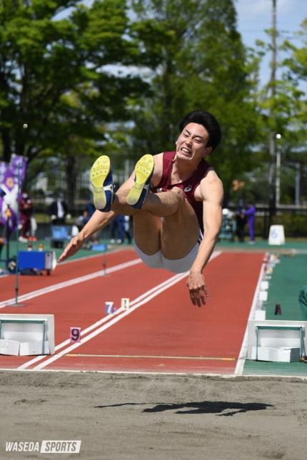 2021年東京六大学対校で跳躍を見せる青栁