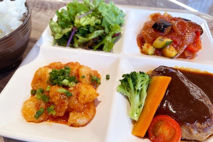 昼食のデリプレートは彩り豊かで絶品
