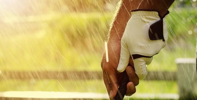 ゴルフの雨の日対策|服装や持ち物、キャンセル・中止の判断