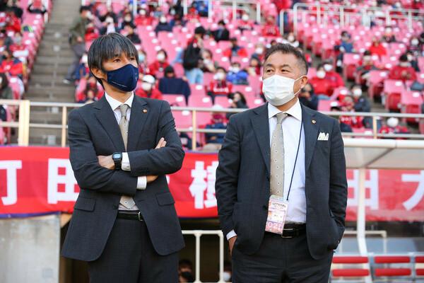鹿島アントラーズの鈴木満FD(右)はこの30年で、選手の編成、マネジメント、監督のサポートと数多くの引き出しがあると自負する